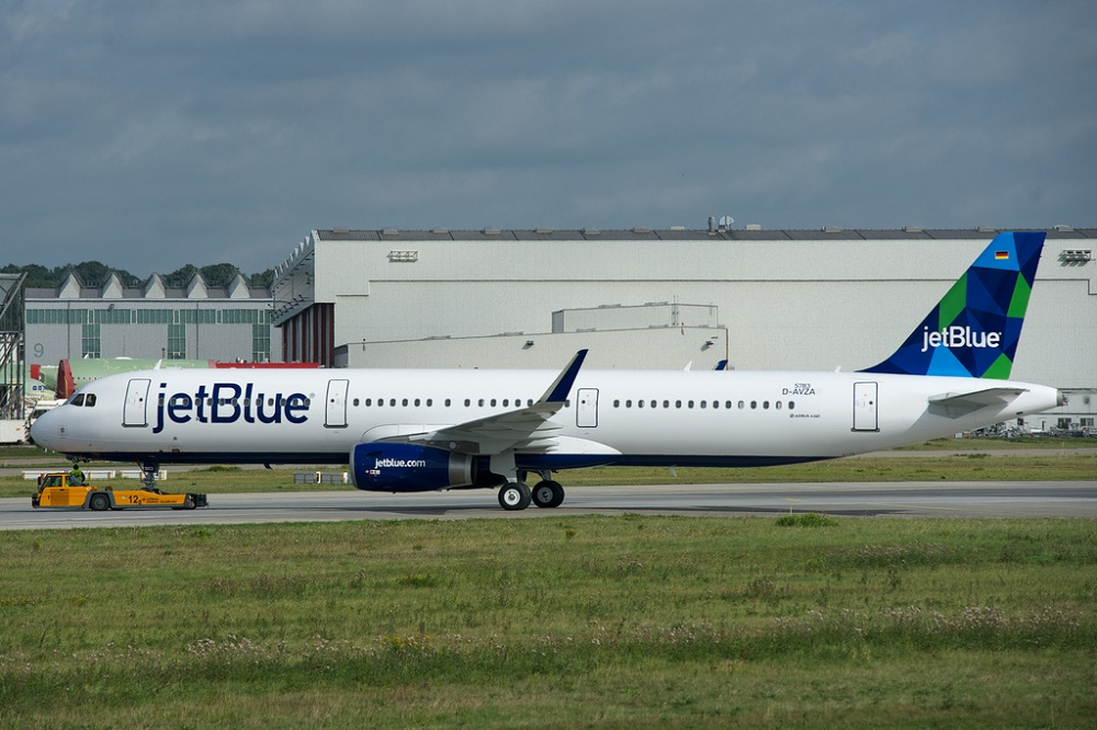 JetBlue and Singapore to codeshare, 787 gets ETOPS certification, ATC towers with charm